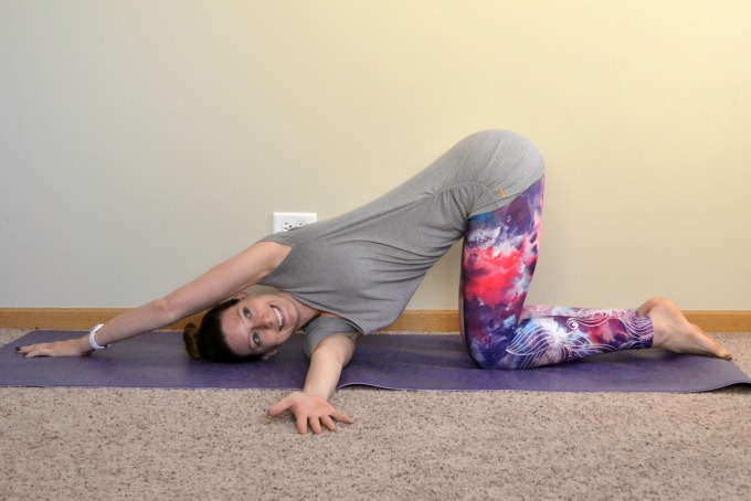 Yoga poses for the shoulders and neck: thread the needle pose